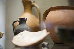 Forntida leravas inomhus med små chiper arkivbilder