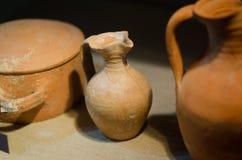 Forntida leravas inomhus med små chiper royaltyfria bilder