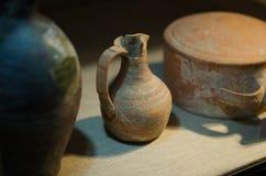 Forntida leravas inomhus med små chiper fotografering för bildbyråer