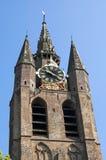 Forntida lutande torn av den gamla kyrkan i Leiden Arkivbilder