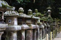 Forntida lyktor för sten på den Kasuga-taisha relikskrin Arkivfoton