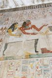 Forntida målning på väggen på egyptiska gravar Arkivfoton