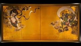 Forntida målningar av vind- och åskagudar på delningar på den Kenninji templet royaltyfria bilder