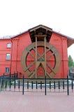Forntida mala hjulet av watermillen Arkivbild