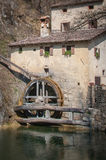 Forntida mala hjulet med lutandeförskjutningslinsen Royaltyfri Foto