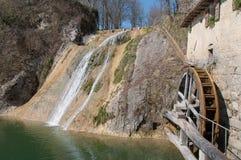 Forntida mala hjulet och vattenfallet royaltyfri bild