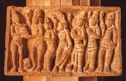 Forntida man- och kvinnadiagram på stenlättnad av hinduisk templ för 7th århundrade Sniden arkitektur av Indien Royaltyfri Foto