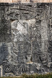 Forntida Mayan carvings på den stora bolldomstolen i Chichen Itza Royaltyfri Fotografi