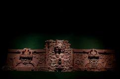 Forntida mayan dekorativ framsida som göras med lera Arkivbild