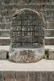 Forntida Mayan gravyr, i det arkeologiska området av Ek Balam royaltyfri fotografi