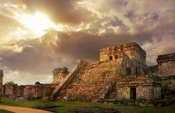 Forntida Mayan stad för Castillo soluppgång av Tulum Arkivbilder
