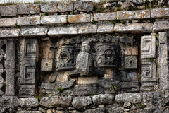 Forntida Mayan sten som snider i Chichen Itza Arkivfoto
