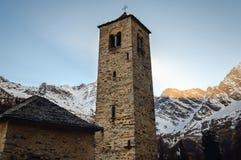 Forntida medeltida bergkyrka nära Monte Rosa Italy arkivbilder
