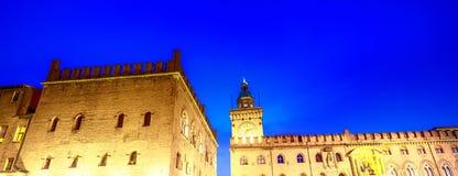 Forntida medeltida byggnader av piazza Maggiore på natten, Bologna Royaltyfria Bilder