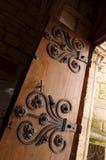 Forntida medeltida dörr, järndeco Fotografering för Bildbyråer