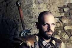 Forntida medeltida krigare som förbereder sig att slåss Royaltyfri Foto