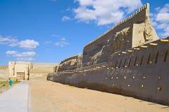 Forntida medeltida väggar av fästningen av Bukhara royaltyfri bild