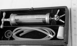 Forntida medicinsk injektionsspruta med stora glass visare u Arkivbild