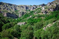 Forntida by mellan bergen i Armenien Arkivfoto