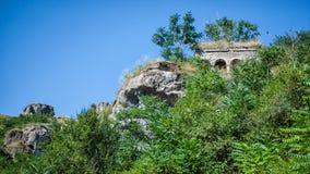 Forntida by mellan bergen i Armenien Arkivbild