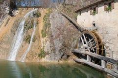 Forntida men aktivt watermillhjul arkivfoton