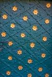 Forntida metalldörr med guld- blommor för rivetsand Royaltyfria Bilder