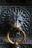 Forntida metalllejonhuvud på dörren till katolska kyrkan Fotografering för Bildbyråer
