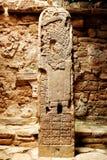 Forntida mexicansk kolonnstentotem med carvings av mayaen Arkivbild