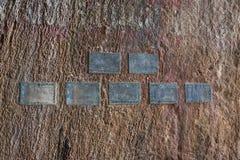 Forntida minnestavlor i jordning Arkivfoto