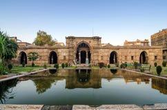 Forntida moské nära Sidi Saiyad Masjid i Ahmedabad Arkivbilder