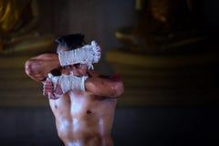 Forntida Muay thailändskt, thailändskt boxas stil för kämpesporttappning royaltyfri fotografi