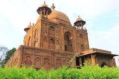 Forntida Mughal gravvalv i monumentallahabad Indien Fotografering för Bildbyråer