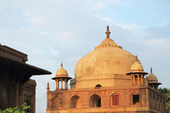 Forntida Mughal gravvalv i monumentallahabad Indien Arkivfoton
