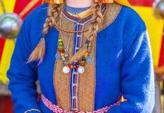 Forntida mynt och prydnader på kläderna av det medeltida femal Arkivfoton