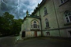 Forntida mystiskt hus under en åskväder Royaltyfri Foto