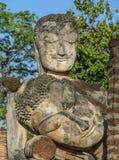 Forntida och fördärvar den buddha statyn i Thailand arkivfoton
