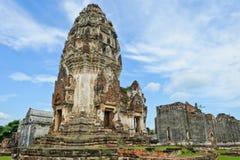 Forntida och fördärvar tempelet i Thailand royaltyfri bild