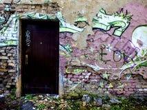 Forntida och förstörd främre vägg av ett hus Arkivbilder