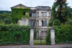 Forntida och härlig århundradevilla för th 19 i lokaliserad obruklighet Arkivfoton