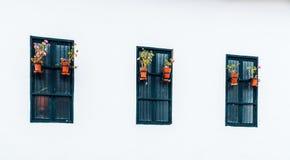 Forntida och koloniala fönster i den Belén passagen av staden av Cajamarca Peru arkivfoto