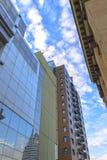 Forntida och moderna byggnader, den blåa himlen Arkivfoto