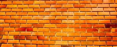 Forntida orange färgtegelstenvägg för bakgrund arkivbild