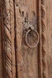 Forntida original- bronsdörrhandtag med sculpterdekoren Royaltyfri Fotografi