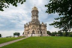 Forntida ortodox kyrka av tecknet av vår kyrka för dam Znamenskaya i säterit Dubrovitsy, Ryssland Fotografering för Bildbyråer