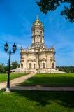 Forntida ortodox kyrka av tecknet av vår kyrka för dam Znamenskaya i säterit Dubrovitsy, Ryssland Royaltyfri Foto