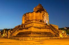 Forntida pagod av den Wat Chedi Luang templet på skymning i Chiang M Fotografering för Bildbyråer