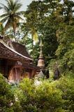 Forntida pagod av den Wat Xieng läderremmen, Luang Prabang, Laos Royaltyfri Foto