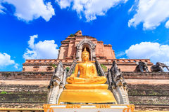 Forntida pagod och buddha staty på den Wat Chedi Luang templet i Chiang Mai, Thailand Fotografering för Bildbyråer