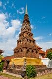 Forntida pagoda på det Wat Phrathat Hariphunchai tempelet Royaltyfri Fotografi