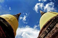 Forntida pagodwatyaitempel ayutthaya bluesky Thailand Arkivbild